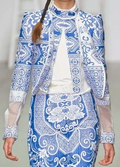 Prints, patterns and surfaces from London Fashion Week (Woman Collections Spring/Summer / Bora Aksu. Iranian Women Fashion, Ethnic Fashion, Womens Fashion, Estilo Fashion, Ideias Fashion, Porcelain Print, White Porcelain, Delft, Johann Wolfgang Von Goethe