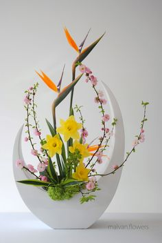 4 seasons 4 seasons ikebana maivanflowers Blooms are classified as the most Ikebana Arrangements, Easter Flower Arrangements, Creative Flower Arrangements, Ikebana Flower Arrangement, Easter Flowers, Beautiful Flower Arrangements, Flower Centerpieces, Flower Decorations, Floral Arrangements