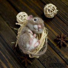 Diese Nadel gefilzte Maus ist ein perfektes Geschenk für Maus-Sammler und Liebhaber der Mäuse. Die kleine Critter erwacht nur und seinem einzigen Auge geschlossen und die ander ist geöffnet. Falls mit beiden Augen geöffnet oder geschlossen gewünscht, sag mir Bescheid.  Seine Schnurrhaare bestehen aus speziellen Filament.  Diese Needlefelted Miniatur Maus ist ca. 8 cm (3 Zoll) hoch.  Bitte beachten SIE, dass dieses Tiere Spielzeug MADE TO ORDER und die Wartezeit ca. 4 Tage beträgt. Diese…