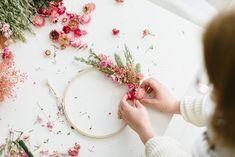 DIY-Anleitung: Kränze aus Trockenblumen binden Dried Flowers, Diy Wedding, Wreaths, Nature, Crafts, Single Flowers, Wall Decorations, Floral Wreath, Flower Preservation