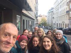 Wunderschönes Herbsttags-Selfie mit den Studenten der  FH Oberösterreich on Tour mit SHADES TOURS in Wien - mit ganz viel   und Aha-Momenten!   Scheint als hätte euch diese Exkursion gefallen!!   #sozialearbeitmalanders #socent #socinnovation #innovation Innovation, Shades, Tours, Selfie, Couple Photos, Couples, Students, Nice Asses, Couple Shots