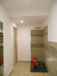 La vecchia cucina diventa bagno padronale. Ultime fasi del cantiere: la diversa altezza del controsoffitto tra zona doccia e zona sanitari maschera l'enorme trave.