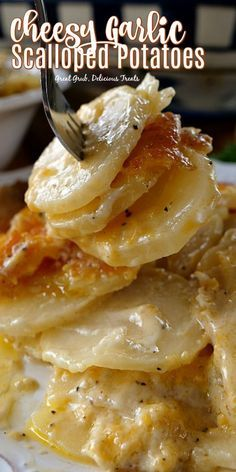 Cheesy Garlic Scalloped Potatoes are delicious and loaded with sliced potatoes, cheese and flavored perfectly. Cheesy Garlic Scalloped Potatoes are delicious and loaded with sliced potatoes, cheese and flavored perfectly. Potato Sides, Potato Side Dishes, Veggie Dishes, Vegetable Recipes, Food Dishes, Hamburger Side Dishes, Side Dishes For Ham, Steak Side Dishes, Scalloped Potatoes Easy