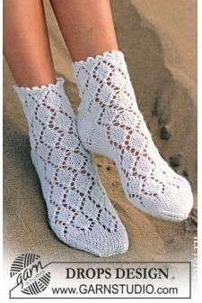 DROPS Sokker med hullmønster i Camelia Gratis oppskrifter fra DROPS Design. Lace Knitting, Knitting Stitches, Knitting Socks, Knitting Patterns Free, Free Pattern, Crochet Patterns, Frilly Socks, Lace Socks, Crochet Socks