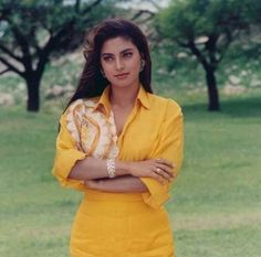 Juhi Chawla Vintage Bollywood, Indian Bollywood, Bollywood Stars, Bollywood Actress, Juhi Chawla, Madhuri Dixit, Hollywood Actor, Timeless Beauty, Indian Outfits