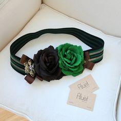 Cinturón Alborada con flores verde y marrón para un look de invitada perfecta. Un cinturon hecho a mano para looks de boda por Aluèt - Aluèt