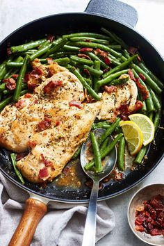 Garlic Lemon Chicken Breasts with Bacon Green Beans Looking for a healthy dinner in less than 30 minutes to prepare? No problem. This garlic lemon chicken and green beans main-dish will satisfy your appetite. Chicken Breast With Bacon, Chicken Breasts, Chicken Bacon, Butter Chicken, Chicken Salad, Super Healthy Recipes, Paleo Recipes, Crockpot Recipes, Chicken Green Beans