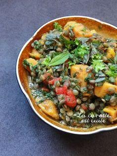 . . . Cuisson : 35 mn ; Préparation : 6 mn. . Pour 5 grosses parts : - 300g de lentilles vertes, - 500g de patates douces, - 400g de pulpe de tomate, - 350g d'épinards, - plantes aromatiques au cho...