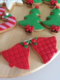 christmas cookies fondant Weihnachtspltzchen Biscoitos Decorados de Natal com glac real (PASSO A PASSO! Christmas Deserts, Christmas Tree Cookies, Iced Cookies, Christmas Cupcakes, Holiday Cookies, Cinnamon Cookies, Fondant Cookies, Royal Icing Cookies, Christmas Biscuits