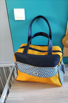 Sac à langer Boogie en liège jaune et bleu marine cousu par Cécile - Patron Sacôtin