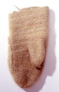 SU5339:107 Whilte left-hand nalbound mitten.  Valkoinen vasemman käden neulakinnas.    Finnish Museums Online. Museovirasto.