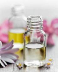 Natural Beauty Remedies Create your own body spray and perfume using essential oils. - Homemade Perfume and Body Sprays for Mom Diy Perfume Roll On, Remedies For Mosquito Bites, Anti Mosquito, Diy Cosmetic, Diy Deodorant, Perfume Diesel, Perfume Making, Essential Oil Perfume, Homemade Beauty
