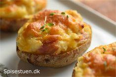 Kartofler, bacon og ost er bare en god kombi! Dobbeltbagte, fordi kartoflerne bages i ovnen ad to omgange. Først bages kartoflerne møre, så skrabes kartoffelkødet ud og blandes med skønne sager. Ko…