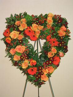Mit Rosen geschmücktes offenes Herz inkl. Ständer. Der Blumen-Hochzeitsschmuck wird für Kirche, Auto und Tische mit Hilfe von Steckmasse-Unterlagen selbst gemacht