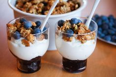 Homemade Vanilla Granola - This Homemade Vanilla Granola Recipe is amazingly delicious & easy to make! All you need is one bowl and about 30 minutes. Healthy Living Recipes, Heart Healthy Recipes, Snack Recipes, Snacks, Healthy Food, Organic Recipes, Ethnic Recipes, Granola, Homemade Vanilla