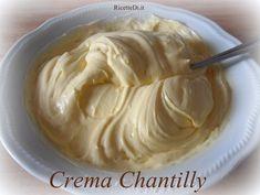 """la foto ricetta della crema chantilly """"all'italiana"""". Una base di crema pasticcera con l'aggiunta di panna montata per renderla più spumosa e delicata"""