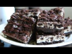 Oreo Recipes : No-Bake Oreo Cookies and Cream Bars Recipe - Hot Chocolate Hits - Oreo Recipes Video Oreo Recipes These no-bake cookies and cream bars/slice are the solution to every problem. Get the full recipe here: No Bake Treats, No Bake Desserts, Oreo Desserts, No Bake Oreo Bars, Starbucks, Cake Recipes, Dessert Recipes, Dessert Bars, Oreo Cookies