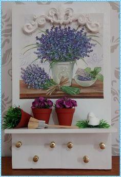 Porta chaves rústico, confeccionado com madeira reutilizada (caixote), decoupage com papel importado, mini vasinhos com com florzinhas importadas e passarinho em resina. Nossa sugestão para decorar sua varanda, sala, copa, ou sua loja. * Confeccionamos com outras imagens e cores de sua pre ferência* - 4786C2 Mini Vasos, 100 M2, Shabby, Decorative Items, Diy And Crafts, Planter Pots, Wood, Pallets, Painting
