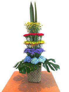 arreglo floral en niveles con minipompon, clavel, crsantemos, statice y hortensias