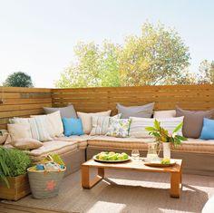 Detalle de terraza con sofá y cojines en blancos y azules.00346431b