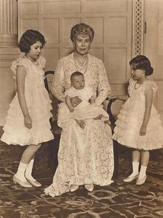 Queen Mary photographed with her grandchildren, Princess Elizabeth (The Queen), Princess Margaret and Prince Edward (son of the Duke and Duchess of Kent), at Sandringham, January 1936 Queen Mother, Queen Mary, Queen Elizabeth Ii, King Queen, Elizabeth Ii Young, Margaret Rose, Princess Margaret, English Royal Family, British Royal Families