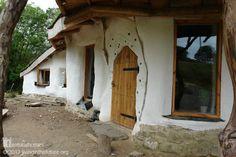 Для дома понадобилось около £ 15,000 (820,000 руб), чтобы построить его с помощью соседей из экопоселения Ламмас. www.naturalhomes.org/ru/homes/charlie.htm