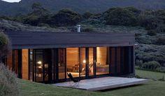 Die nördlich von Neuseeland gelegene Great-Barrier-Insel ist ein abgelegenes Paradies mit unberührter Natur und einsamen Stränden. An einer der vielen kleinen Buchten befindet sich – nur 50 Meter vom Strand entfernt – das Storm Cottage: ...