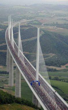 Una carrera en el viaducto de Millau, Francia (Reuters / Eric Cabanis Pool)