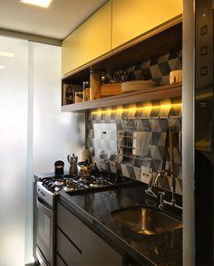 Cozinha moderna. RABISCO ARQUITETURA #cozinha #interiores #arquitetura #arte #art #kitchen #funcional #gesso #sofa #tv #texture #modern #moderno #metal #iluminaçãoexterna #rabisco #madeira #wood #clean #granito #piso #contemporanea #adesivado #parede #wall #iluminação #swan #jantar #cadeira #quadro #decoração #decore #integração #integrado #ambiente #escada #stair #fogão #forno