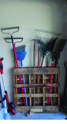 The post 25 Beautiful Cheap Pallet DIY Storage Projects to Realize With Ease appeared first on Terrasse ideen. 25 Beautiful Cheap Pallet DIY Storage Projects to Realize With Ease Aufbewahrung für Gartengeräte aus Diy Storage Projects, Garden Tool Organization, Garden Tool Storage, Diy Pallet Projects, Garage Organization, Pallet Ideas, Storage Ideas, Garage Storage, Storage Solutions