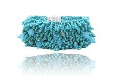 Magnifique bracelet en petits grenats et des petits cristaux colorés. C'est vraiment d'un très bel effet. Bijou unique et original !