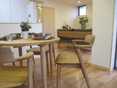 ナチュラルな床材にナラ無垢材の家具でコーディネートした実例です