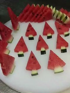 How To Easily Cut A Watermelon Into Triangles - Rezepte - Fingerfood Australian Christmas Food, Mexican Christmas Food, Traditional Christmas Food, Christmas Food Treats, Xmas Food, Christmas Fruit Ideas, Christmas Foods, Christmas Food Photography, Healthy Christmas Recipes