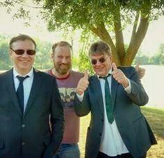 Pauze tijdens de opname van de videoclip van EENZAAMHEID (Het Goede Doel - album: OVERWERK). Henk Temming, Marcel Vossen (regie, camera, belichter, editor; kortom de gehele crew!) en Henk Westbroek.