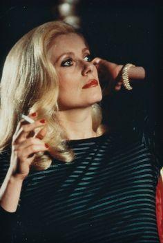 La Blonderie n°4: Deneuve (là il y a tout qui va: l'allure, la blonderie, le make-up, le vernis rouge rouge, la marinière et le bracelet... <3 )
