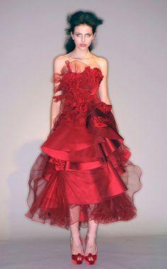 Rihanna zakrywa się sukienką Marchesa - Zeberka.pl