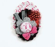 BIXUT- Broche realizado en fieltro,botón forrado, telas estampadas, lazos y plumas. Floral, Flowers, Jewelry, Ideas, Covered Buttons, Print Fabrics, Feathers, Hair Bows, Felting