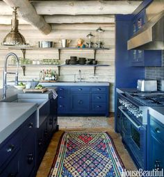 To have a warm and inviting rustic kitchen design in your home, you do not necessarily have to reside in the mountains or countryside. Cozy Kitchen, Kitchen Dining, Country Kitchen, Stone Kitchen, Kitchen Ideas, Colorado Cabins, Colorado Rockies, Vail Colorado, Blue Kitchen Cabinets