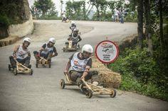 """Das Red Bull Soap Box Race gibt es auch als """"Formulaz"""", das klassisch nur in selbstgebauten Holz-Wagen stattfindet.. da gibt es dann noch ganz andere Herausforderungen"""