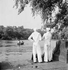 Roman Vishniac [Marins regardant les bateaux à rames sur le lac de Central Parc, New York], 1942-44 © Mara Vishniac Kohn, courtesy International Center of Photography