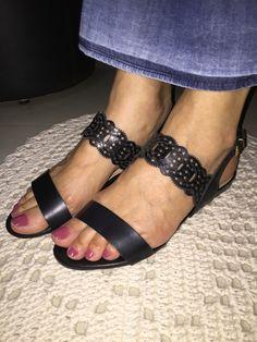 Sandália rasteira preta. Ótima para usar com saia longa, bermudas, etc...