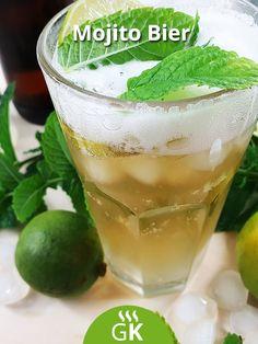 Ein Mojito Bier für den Sommer mit Rum, Bier, Holundersaft und Minze. Das Rezept zum Nachmixen. Rum Cocktails, Cocktail Drinks, Party Drinks, Pint Glass, Cantaloupe, Foodblogger, Fruit, Kos, Tableware
