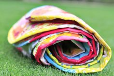 How to Make Simple Sit-upons using vinyl table cloths - perfect for park days!