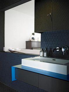 Zwarte badkamer met twee douchekoppen | Inrichting-huis.com