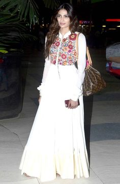 #AthiyaShetty in a beautiful floral resham embroidered #anarkali