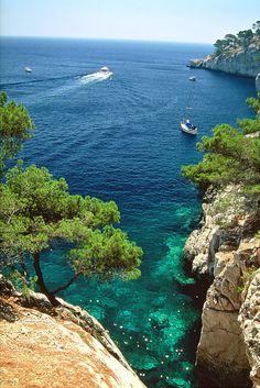 #France #Marseille, #Calanques.  La grandeur des falaises blanches de calcaire qui se mêlent dans une eau bleue turquoise, voici ce qui définit au mieux les Calanques de Marseille. Elles inspirent impunité, douceur et tranquilité.  http://vp.etr.im/a0d4