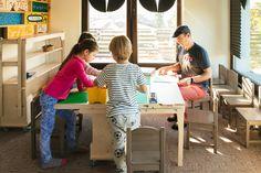 Pentru copiii care colorează, construiesc sau citesc la grădiniță, joaca nu are limite. După activități, jucăriile rămân cuminți pe masa de joacă Transformo EDU, care se strânge la perete, fără să strice lumea de joc. Apoi, din trei mișcări, o întinzi și joacă poate continua de unde a rămas. Chair, Furniture, Home Decor, Atelier, Decoration Home, Room Decor, Home Furnishings, Stool, Home Interior Design