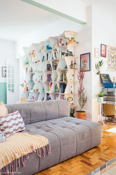 Cores alegres, plantas e muitos objetos em um apartamento encantador. Vem conhecer e se inspirar com todos os detalhes dessa casa colorida.