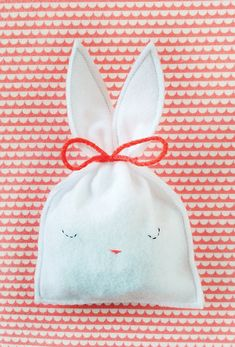 sachet pochon en feutrine forme de lapin pour des oeufs de paques