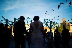 Fotografía de bodas Fotografía en color de la salida de los novios del juzgado donde se ha celebrado la ceremonia